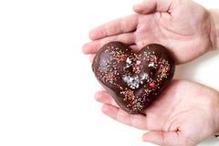 Romantisk gåva Chokladhjärta ligger gömma i handflatan på av din hand Royaltyfri Foto
