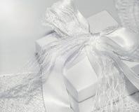 Romantisk gåvaask med pilbågen monokrom closeup Arkivfoto