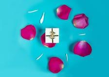 Romantisk gåvaask med rosa kronblad royaltyfri bild
