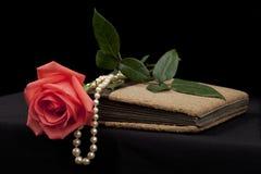 Romantisk gammal dagbok med rosen och pärlan arkivfoton
