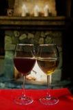 Romantisk gammalmodig spisinre med vinexponeringsglas Fotografering för Bildbyråer