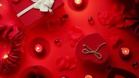 Romantisk garnering för valentindag med rosor, boxades gåvor, stearinljus