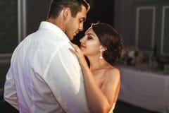 Romantisk gift parbrud- och brudgumdans på brölloprecep Royaltyfri Foto