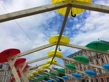 Romantisk gränd av färgrika paraplyer Royaltyfria Foton