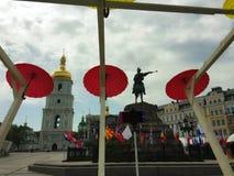 Romantisk gränd av färgrika paraplyer Arkivfoto