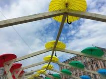 Romantisk gränd av färgrika paraplyer Fotografering för Bildbyråer