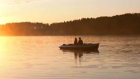 Romantisk guld- dimma för solnedgångflodsjön som älskar för litet härliga vänner ekadatum för par, rider under lycklig kvinnaman lager videofilmer