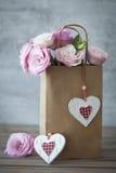 Romantisk gåva med rosor och hjärtor Royaltyfri Fotografi