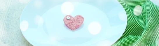 Romantisk hjärta för baner på plattan för frukost Royaltyfria Foton
