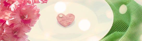 Romantisk hjärta för baner på plattan för frukost Royaltyfri Fotografi