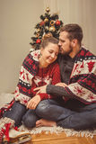 Romantisk jul kopplar ihop hemma royaltyfria bilder