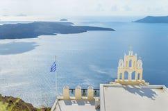 Romantisk klockstapel av den ortodoxa kyrkan ovanför medelhavet Santorini & x28; Thira& x29; ö Arkivfoto