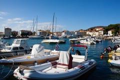 Romantisk kroatisk hamn med fartyg Arkivbilder