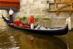Romantisk kryssning för Venetian gondol royaltyfria foton