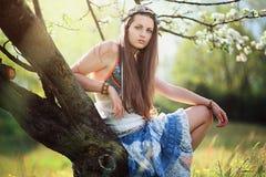 Romantisk kvinna i blommaäng Arkivbilder