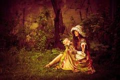 Romantisk kvinna i trädgård Arkivfoton