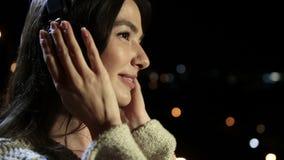 Romantisk kvinna med hörlurar som tycker om musik arkivfilmer