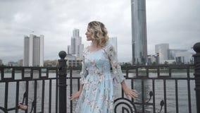 Romantisk kvinna som poserar på strand stock video