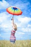 Romantisk kvinnlig med paraplyet i vetefältet Royaltyfri Fotografi