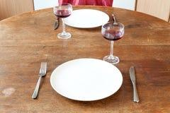 Romantisk matställe för två i gammalt kök arkivbilder