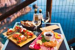 Romantisk matställe för två på solnedgången Vitt vin och smaklig italienare fotografering för bildbyråer