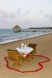 Romantisk matställe för två på stranden Arkivfoto