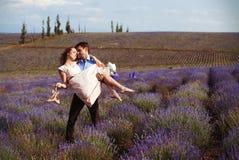 Romantisk matställe för vänner i ett lavendelfält Fotografering för Bildbyråer