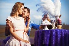 Romantisk matställe för vänner i ett lavendelfält Royaltyfria Bilder