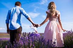 Romantisk matställe för vänner i ett lavendelfält Arkivbild