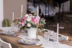 Romantisk matställe, festlig tabellinställning royaltyfri fotografi