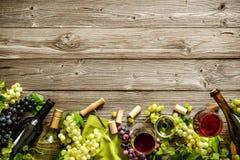 Romantisk matställe med vin, ost och traditionella korvar Arkivbilder