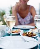 Romantisk matställe med vitt vin. Arkivbild