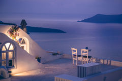 Romantisk matställe på den Santorini ön, Grekland Royaltyfri Fotografi