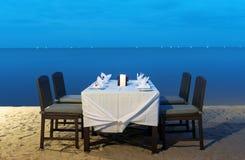 Romantisk matställe på havsstranden Arkivfoton