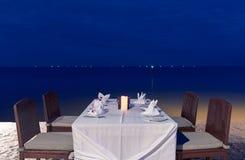 Romantisk matställe på havsstranden Arkivbilder
