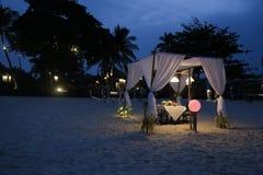Romantisk matställe på stranden Arkivfoto
