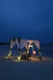 Romantisk matställe på stranden Fotografering för Bildbyråer