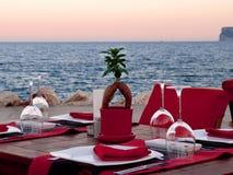 Romantisk matställe på strandkanten Royaltyfri Foto