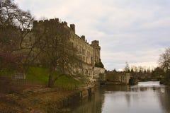 Romantisk medeltida slott vid floden Arkivfoton