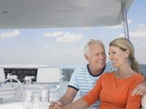 Romantisk mitt åldrades par på yachten royaltyfria bilder