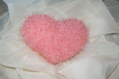 Romantisk mjuk leksak-hjärta för St-valentindag Fotografering för Bildbyråer