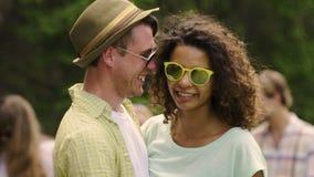 Romantisk nuzzling för par, lyckliga framsidor av den förälskade dansen för folk och krama lager videofilmer