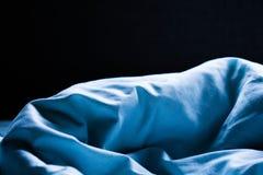 Romantisk och ledsen bakgrund för ark för känslablåttsäng royaltyfri foto