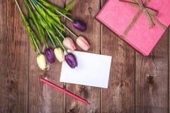 Romantisk och rosa garnering för dag för valentin` s med gåva- och DIY-förälskelsekortet kortdagmamma s På mars är 8 dagen för kv Royaltyfri Fotografi
