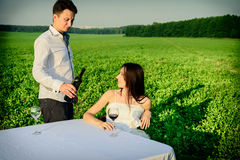 Romantisk ovanlig bröllopdet fria av att älska par i gymnastikskor Arkivfoton