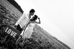 Romantisk ovanlig bröllopdet fria av att älska par i gymnastikskor Fotografering för Bildbyråer