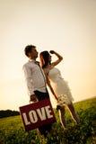 Romantisk ovanlig bröllopdet fria av att älska par i gymnastikskor Arkivfoto