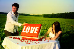 Romantisk ovanlig bröllopdet fria av att älska par i gymnastikskor Royaltyfri Bild