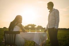 Romantisk ovanlig bröllopdet fria av att älska par i gymnastikskor Royaltyfria Bilder