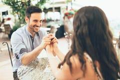 Romantisk parbindning i restaurang Fotografering för Bildbyråer